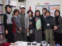 鳥取台湾人会の川口さんと羅房さん(中央2人)を囲んでの記念撮影
