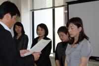 写真:文化国際課長から委嘱状を受け取るサポーター