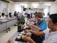 日本茶インストラクターの先生に教わりながら煎茶を淹れています。