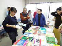 市販の教材の特徴を紹介する講師の岩田さん