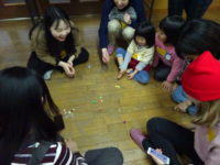 韓国のおはじき「コンギ」で遊びます