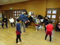子どもたちと一緒に中国の「ジェンズ」