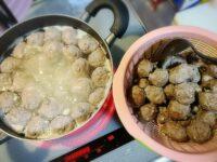 肉団子作り。インドネシアでは大人から子供まで大好きな食べ物です。