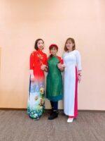 ベトナムの伝統衣装、アオザイを着て
